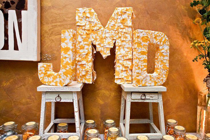 Использование инициалов молодоженов в свадебном декоре очень популярно: это могут быть как небольшие монограммы на пригласительных, так и необычные объемные буквы, выполненные из различных материалов, последние, кстати, можно использовать, как интересный реквизит для фотосессии.