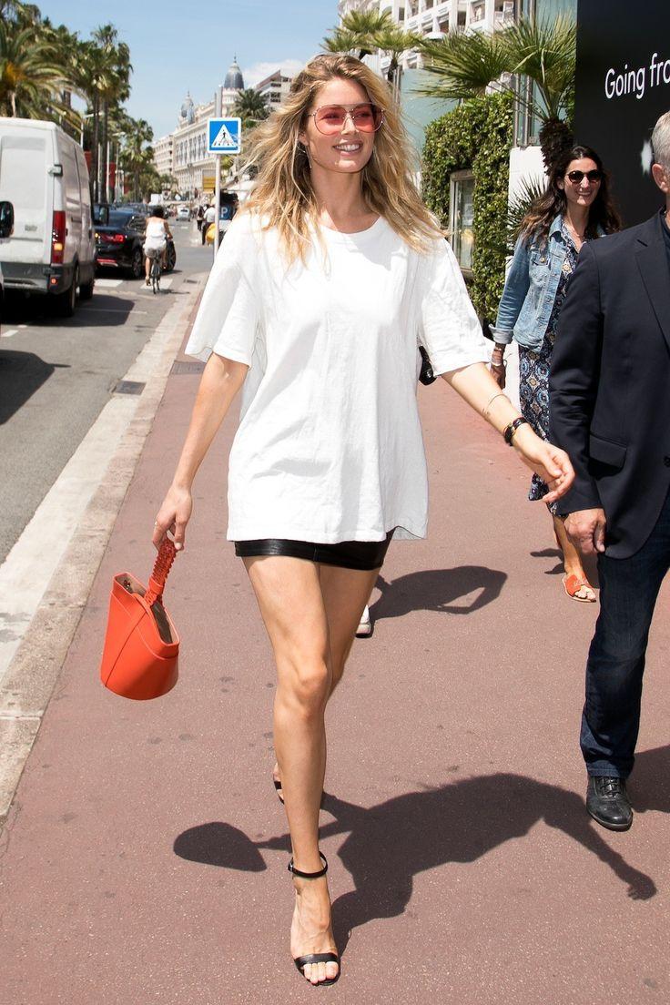 's Middags gaat Doutzen voor een classy look: een oversized wit T-shirt met een leren mini-rok - Doutzen Kroes toont de ultieme zomergarderobe in Cannes