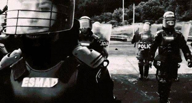 Las mujeres en el ESMAD, dan el toque delicado una actuación más sensata a cada situación. #Mujer #Amor #Comprensión #Paciencia #Policía