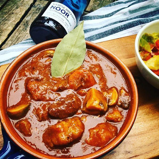 Koken jullie wel eens met bier? Met het herfstbier Noor van de @kaapsebrouwers maakte ik deze smaakvolle bierstoof. Een van de lekkerste stoof gerechten die ik ooit heb gemaakt! Het recept vind je nu op @blijebietjes #food #watetenwevandaag #inmykitchen #stew #beer #kokenmetbier #kaapsebrouwers #recept #foodlover #foodblogger #eeeeats #vsco_kitchen #kookinspiratie #blijebietjes