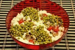 Салат из жареной курицы и зеленого горошка