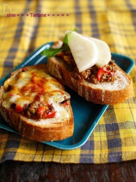 万能☆おくらタコミートを使った簡単レシピ。前日の残ったタコミートで朝も簡単に栄養チャージ!  タコミートにチーズをのせて、オーブンで焼いたもの。そしてタコミートの上に洋ナシをのせたフルーティーなものは、意外と合うのです。