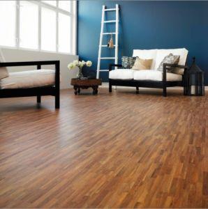 couleur-salon-murs-bleus-sol-en-parquet-et-meubles-wenge |