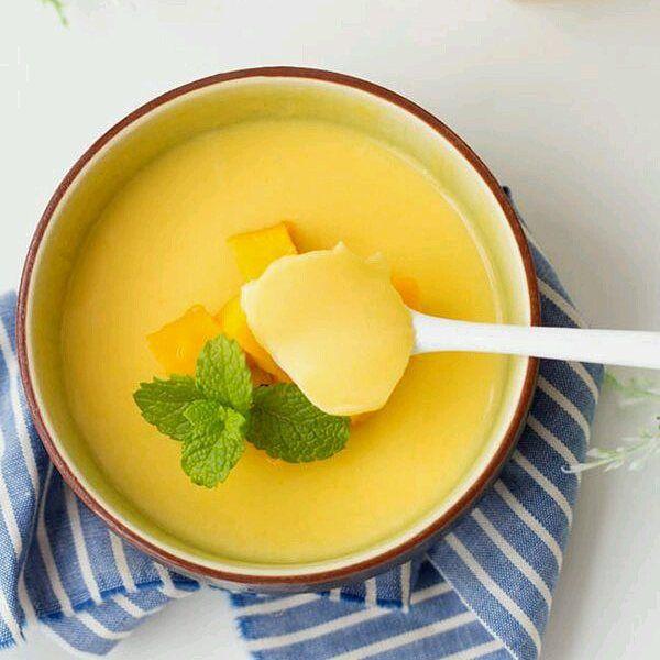 Mango Pudding Ingredientes  3 mangos maduros  2 paquetes de gelatina sin sabor 160ml leche de coco 60 ml de crema de leche o yogurt  Endulzante al gusto  Preparación  Remojar la gelatina en agua fría hasta que estén blandas En una olla pequeña, calentar la leche, el endulzante y la gelatina disuelta a fuego lento. Mover constantemente  hasta que el emdulzantr y la gelatina se disuelva completamente. Retire del fuego y deje enfriar.  Cortar mango fresco por la mitad y luego Coloque la…