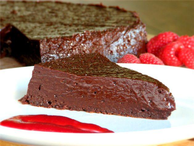 Μετά την πρώτη δαγκωνιά από αυτό το πλούσιο σοκολατένιο γλύκισμα θα αποκτησετε ένα μεγάλο χαμόγελο στο πρόσωπό σας από….. ευχαρίστηση!!!!         Υλικά  Για 4-6 άτομα    340 γραμμάρια κουβερτούρα ψιλοκομμένη  1 ⅓ φλιτζάνι ζάχαρη  ½ φλιτζάνια μπέρμπον ρούμι  2 μπαστούνια ανάλατο βούτυρο