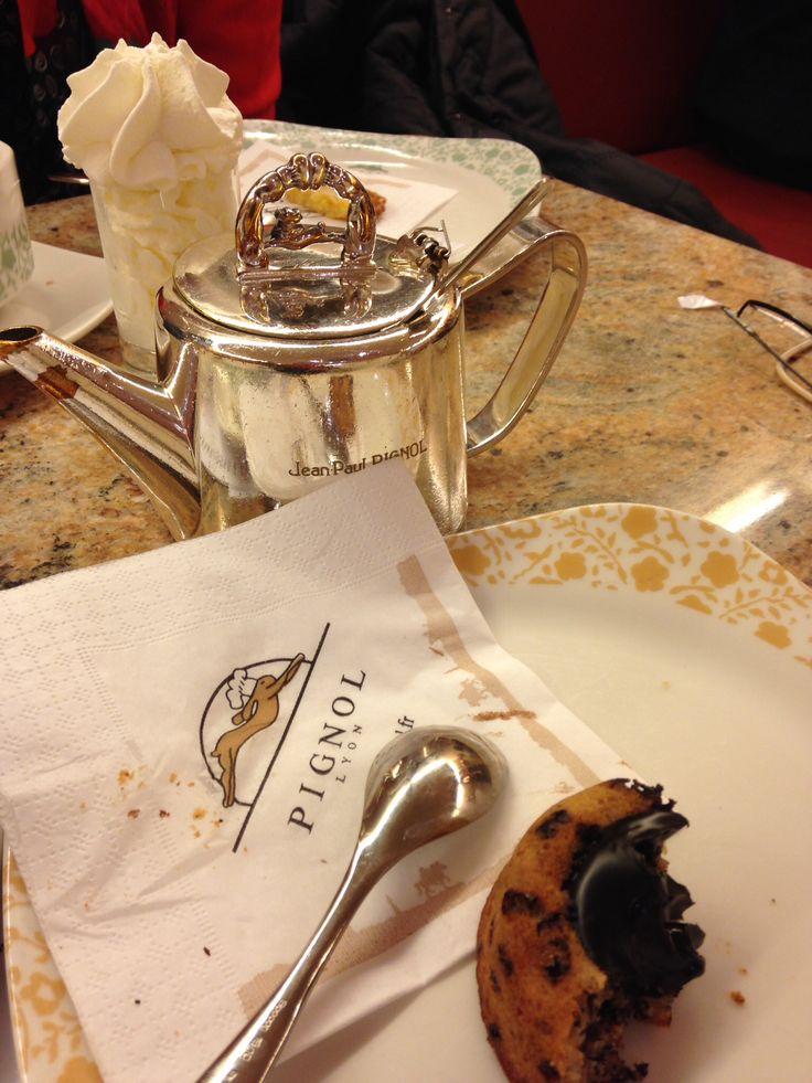 A Lyon l'institution Pignol, côté sucré, nous réchauffe de leur chocolat chaud viennois et délicieuse pâtisserie