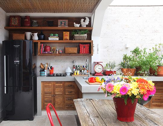 Cimento queimado, madeira e objetos coloridos... <3