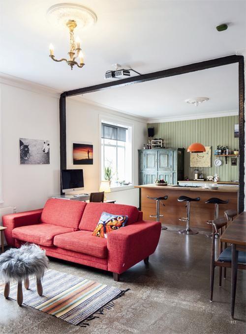 Keittiössä on kotoisia puupintoja. Vihreä astiakaappi on antiikkiliikkeestä. Lattiat ovat betonia. | Satujen saarella | Koti ja keittiö | Maria Rautio | Kirsi-Marja Savola