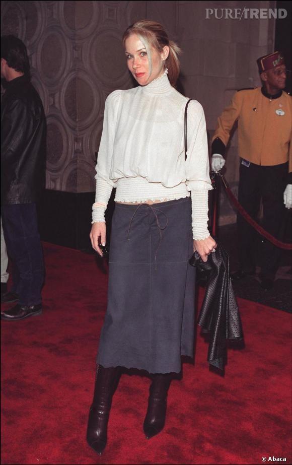 En 2001 Christina hésite entre le look british romantique avec une blouse col roulé et une jupe en jean cow girl.