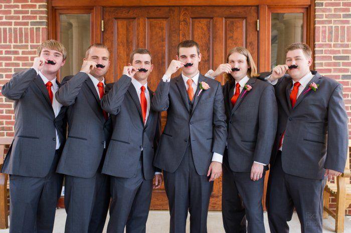 padrinos de boda con bigote