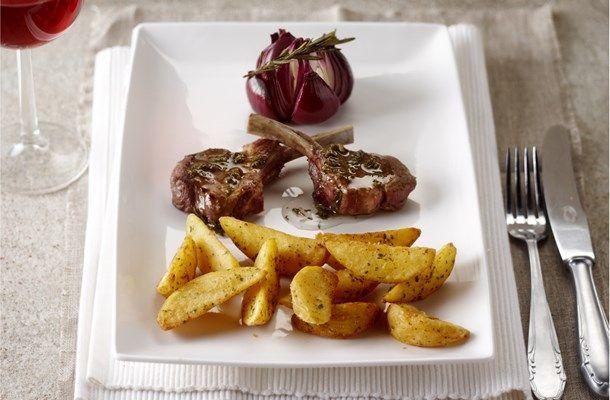 Lamskoteletten met muntsaus, Garlic Herb & Wedges en geroosterde rozemarijn uien