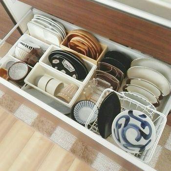 キッチン下の引き出しを、このように食器棚として使うのも◎。大皿や重たい食器などの収納も安心ですね。ワイヤーボックスや、木製の収納ボックス、皿立てなどをうまく利用してきっちり収納できています。