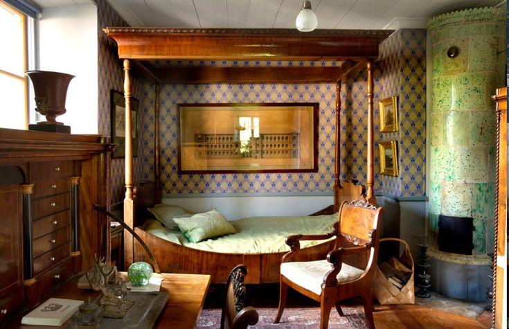 De äldsta delarna av gotlandsgården Siger byggdes på 1700-talet. Här bor Joakim Hansson, finlandssvensk konsthistoriker och antikvarie, med en unik samling antikviteter, böcker - och kakelugnar.