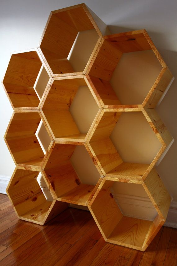 S I Z E + O P T I O N S  Esta estructura de nido de abeja versátil es impresionante casi 5 pies de alto y 4 pies de ancho.  Dimensiones reales son 4 pies 10 pulgadas de altura y de 3 pies y 11,5 pulgadas de ancho. Cada hexágono en esta unidad mide 19 de ancho x 16,5 x 12 alto profundo, cuenta con 9.5 repisas estante ancho y está construido de madera gruesa de 3/4. Usted podrá modificar el diseño mediante el ajuste de la altura/anchura, profundidad e incluso el espesor de la madera…