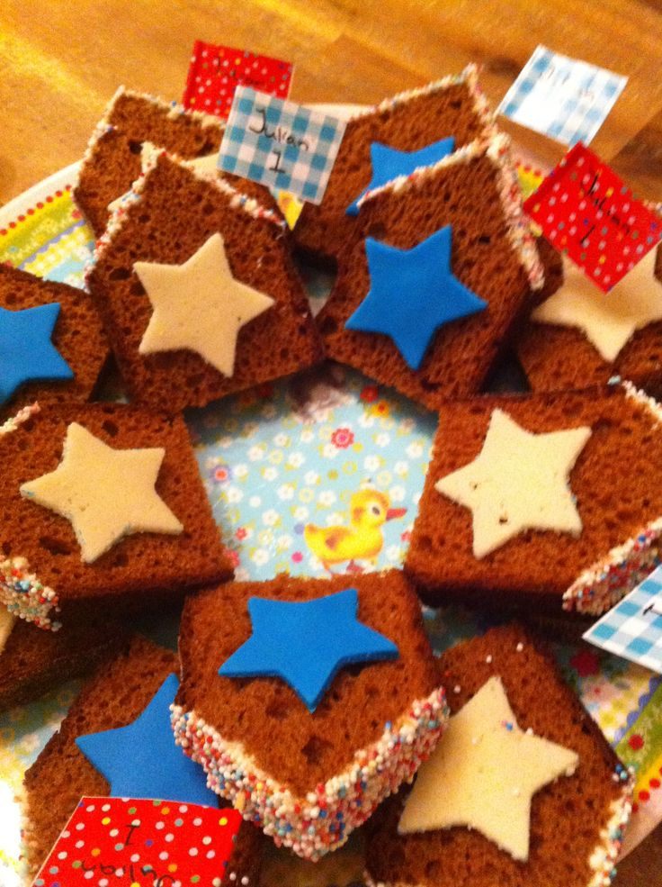 Traktatie kdv. Peperkoek huisje met ster van fondant/kokosbrood met gekleurde sprinkles op het dak en een vrolijk vlaggetje. Simpel en superstrak!