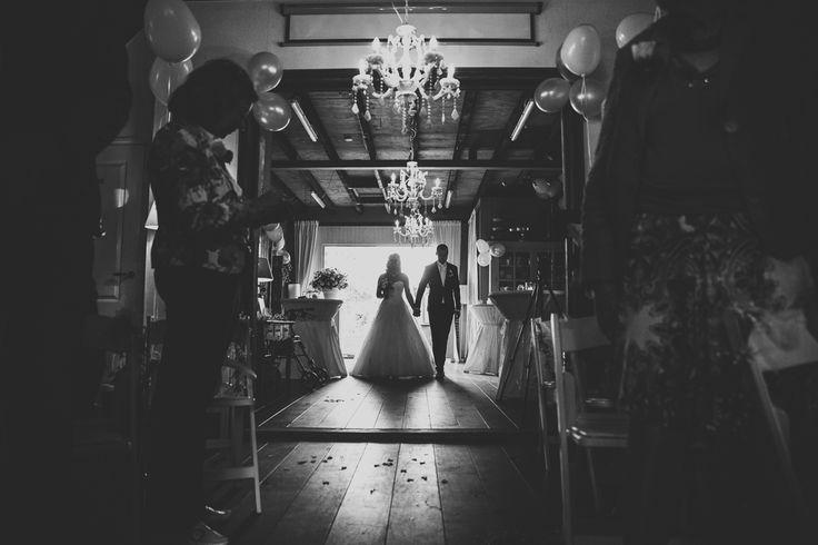 Ik ben graag jullie trouwfotograaf! Made by me / Gemaakt door mij. real wedding photography spontane trouwfoto's trouwfotografie bruidsfotografie binnenkomst bruidspaar trouwceremonie tegenlicht entrance couple groom bride wedding ceremony backlight tegenlicht zwartwit black and white