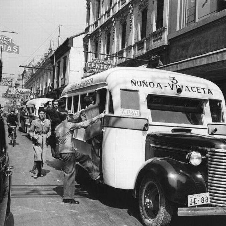 Micro 3 Ñuñoa - Vivaceta. Lugar: Calle Ahumada, Santiago c1935. Locomoción colectiva de la época.