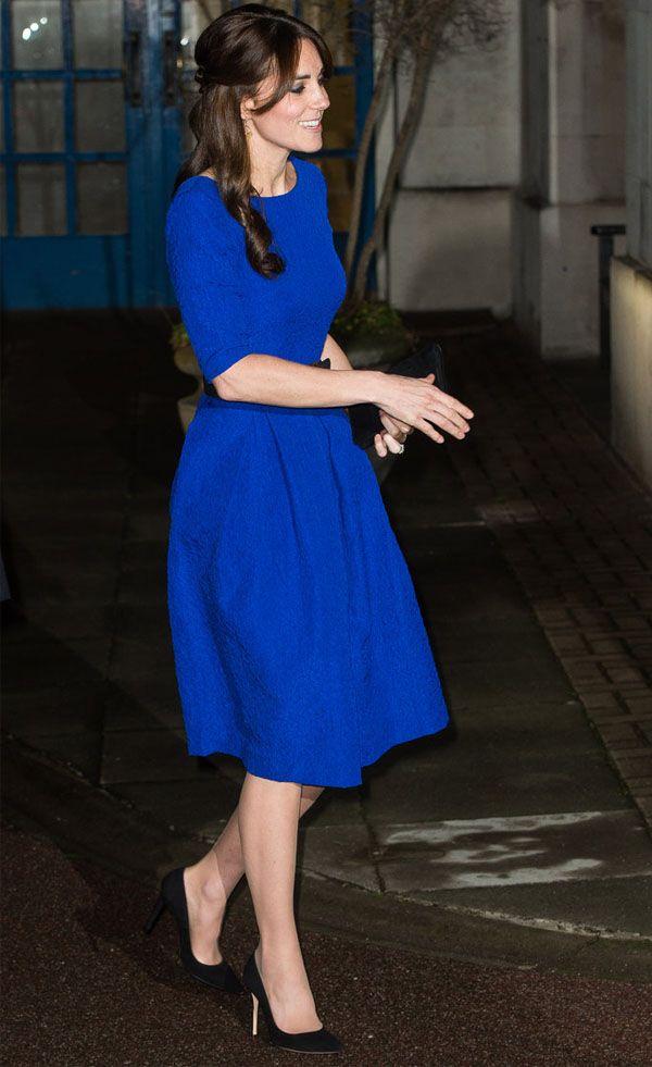 Look da duquesa Kate Middleton com vestido azul royal.