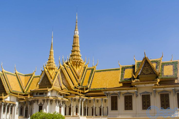 Visiting information about the Royal Palace in Phnom Penh with a gallery guide.