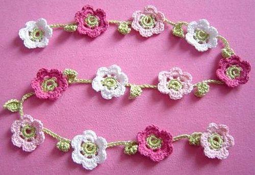 flower garland - free on Ravelry! ༺✿ƬⱤღ https://www.pinterest.com/teretegui/✿༻