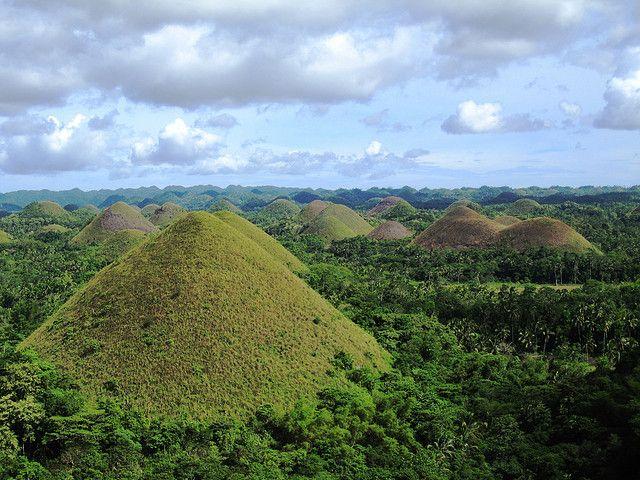 『チョコレート・ヒルズ』と呼ばれる不思議な山が連なるボホール島   Sworld