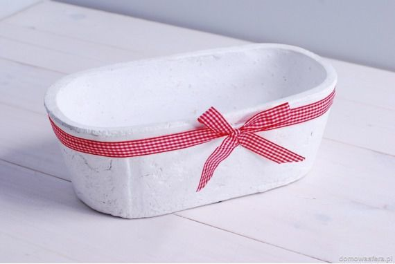 Osłonka na doniczki biała z czerwona wstążką