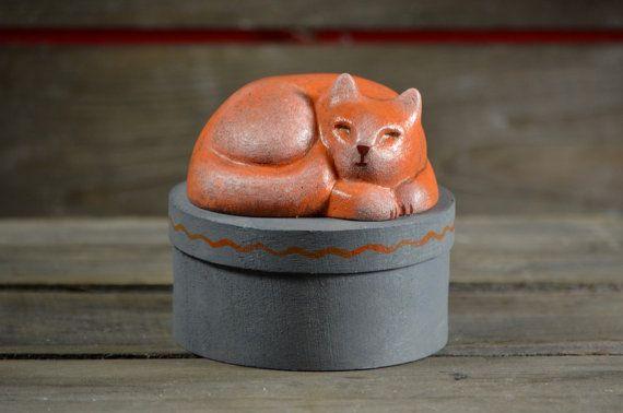 Rond spanen houten bewaar doosje, kattensnoepjes  - handbeschilderd - Slapende kat beeldje -  rood oranje