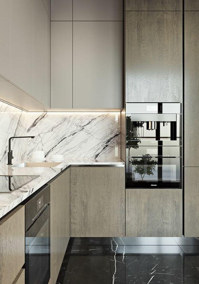 cuisine en longueur, meubles en angle en couleur taupe, crédence en revetement imitation marbre, sol avec du carrelage imitation marbre noir