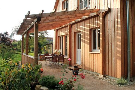 Terrasse Holzhaus mit Pergola aus Lärchenholz in Göttingen