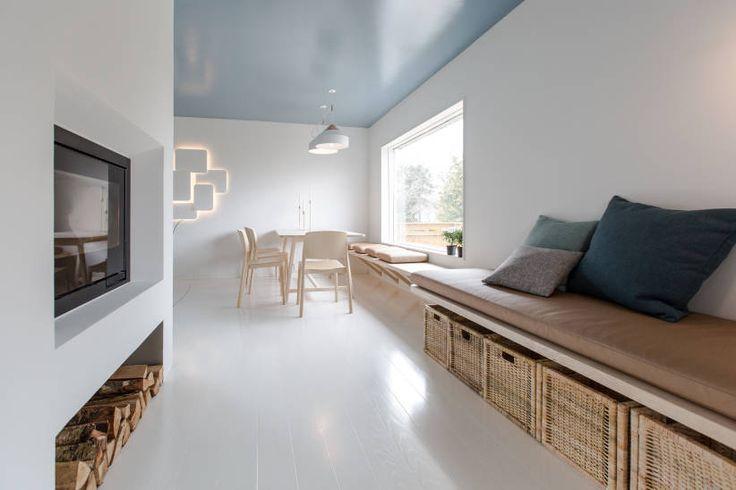 Etter: Hvitt gulv speiler seg i blankt tak.