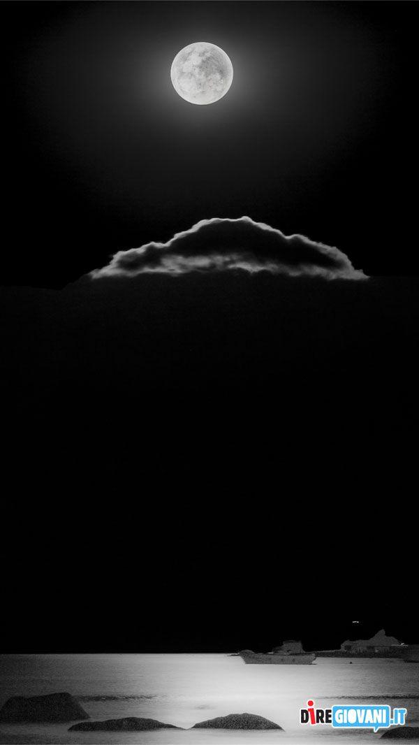 Titolo: dillo alla luna Descrizione: scatto notturno sulla costa del mar ionio, la foto è stata scattata con macchina montata su cavalletto a f22, 4 sec iso 100 Nome dell'Autore: Marco Scarpino