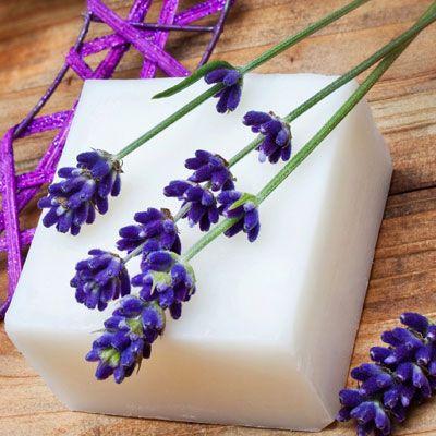 Seife herstellen - Seifen-Rezept: Seife fürs Gesicht selber machen - Anleitung: Raspeln Sie die Seife in kleine Späne und schmelzen Sie sie im Wasserbad ...