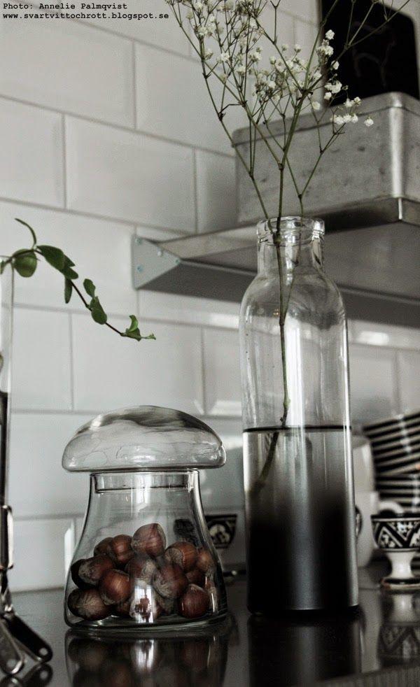 juldekoration, julen 2014, nötter som dekoration, svampar av glas, köket, kökets, kök, industristil, industriellt kök, svart och vitt, loppisfynd, vas dip dye, jul 2014,