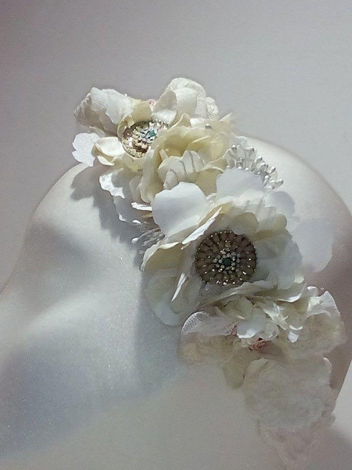 Tocado de novia en tonos blanco roto y marfil. Diseño estilo vintage