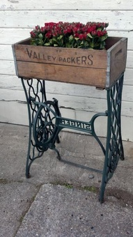 Peus de maquina de cosir, caixa de mercaderies vella fan una jardinera