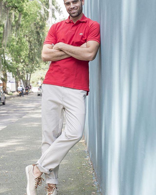 Si tienes un estilo corporahivo kakiwear, este look te va muy bien. #mens #menswear #kakiwear #travelmen #mensfashion