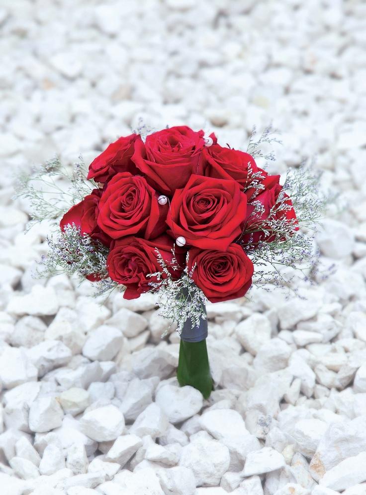 Una buena opción es apostarlo todo a un color para tu ramo de novia. Bouquet de rosas rojas con aplicaciones de perlas y cobertura de limonium de FlowerShop by D.R. http://www.luciasecasa.com/noticias/ramos-flores-novia/