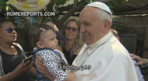 Papa visita por sorpresa a los feriantes de un parque de atracciones de Roma