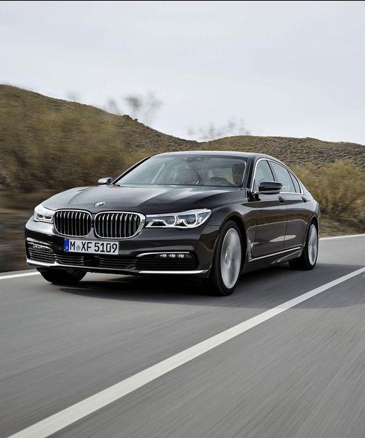 A l'extérieur, les innovations sont discrètes. Très conservatrice, la nouvelle Série 7 intègre quelques-uns des codes de la nouvelle gamme BMW, notamment dans le dessin des phares. Même dans sa version allongée L, elle demeure élégante et bien proportionnée.