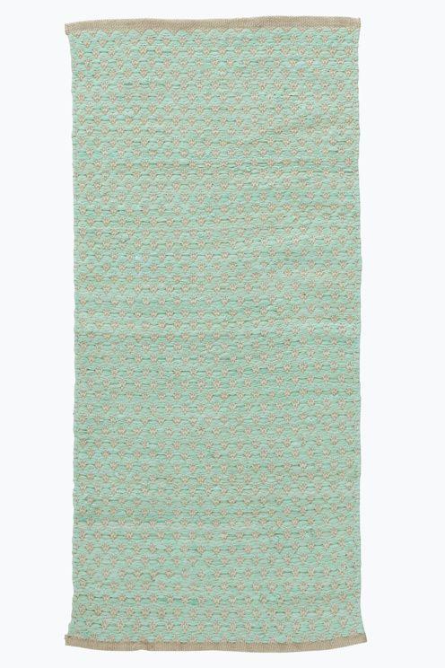 Et slitesterkt teppe i vakker materialmix. Med vevd mønster. Støvsuging/skumrens.<br><br>For økt sikkerhet og komfort, benytt antiglimatte som holder teppet på plass. Antiglimatten finnes i flere ulike størrelser. <br><br>80% bomull, 20% jute<br>Rengjøres ved støvsuging/skumvask