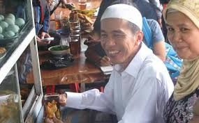 Kisah Jokowi Kecil, Hidup Pas-pasan dan Belajar Lebih Lama. Pantauan www.beritaonline.co.id, dalam kesempatan itu, selain mengecek jumlah siswa yang telah menerima kartu Jakarta Pintar, Jokowi bertatap muka dengan para siswa di sebuah ruang kelas. Ia pun memberi motivasi kepada puluhan siswa tersebut.