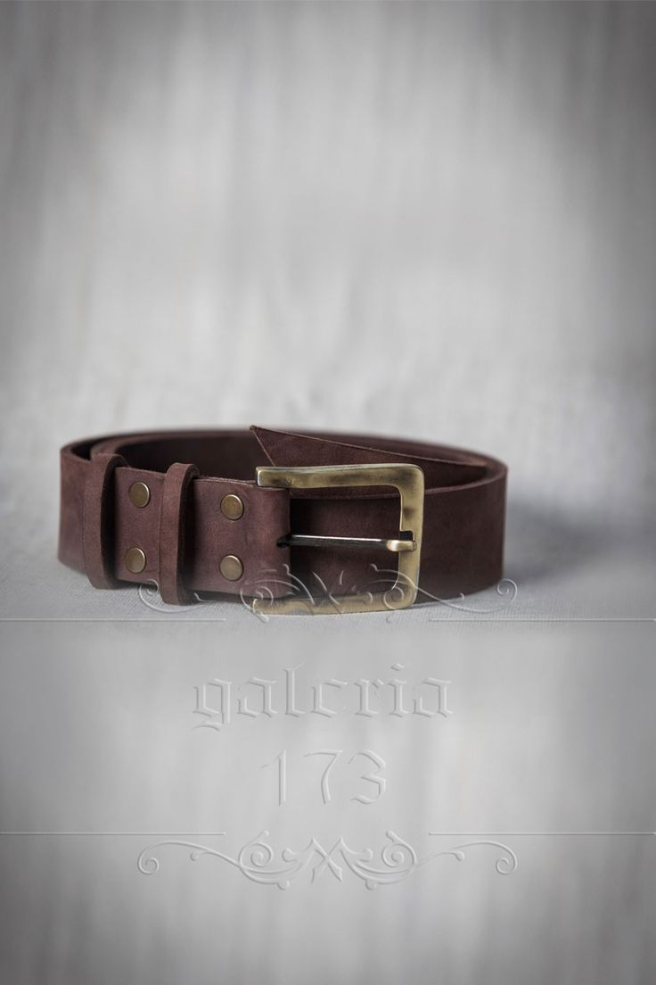 Curea   barbateasca din piele naturala, lucrata manual, cu catarama aurie, din metal plin. Lata de   4 cm si groasa de 2mm.