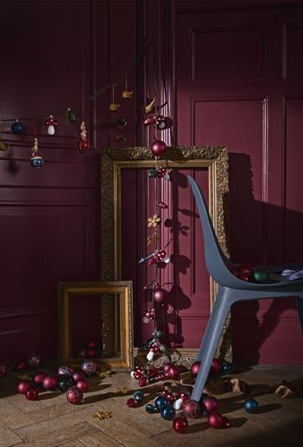 IKEA Deutschland | Verschiedene Baumdekorationen in einem Raum mit Stuhl und goldenen Bilderrahmen, u. a. mit VINTER 2018 Hängedekoration, 2er-Set Kaninchen. #meinIKEA #IKEA #weihnachten #xmas #weihnachtsdeko