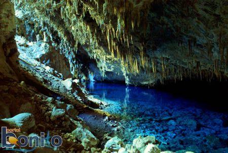 Bonito, Mato Grosso do Sul, Brasil Descoberta por um índio Terena em 1924, a caverna possui em seu interior um lago azul com dimensões que a tornam uma das maiores cavidades inundadas do planeta.