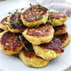 Kartoffelfrikadeller med hytteost. Kartoffelfrikadeller smager fantastisk. Denne opskrift på kartoffelfrikadeller indeholder hytteost og er derfor både sund og utrolig nem at lave.