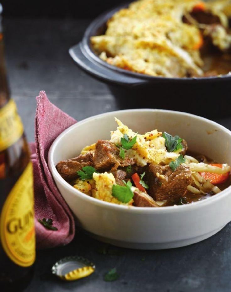 Bereiden:Snijd het lamsvlees in grote dobbelstenen. Snijd de geschilde wortel en kool in dunne plakken. De gepelde uien snijd je in stukjes.Verhit de boter in een grote stoofpot en bak het vlees snel aan alle kanten aan. Bestrooi het met zout, peper en 2 eetlepels bloem. Blus met het bier en de helft van de bouillon. Voeg de ui, tijm en jeneverbessen toe. Plaats de stoofpot, afgedekt, in een voorverwarmde oven op 160 °C. Laat het vlees 40 minuten zachtjes stoven.
