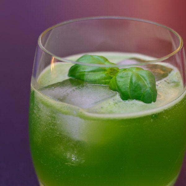 Ein grüner Drink macht zunächst einmal stutzig. Die intensive Farbe dieses Drinks kommt jedoch allein vom frischen Basilikum und ist vollkommen natürlich.  Zutaten für den Gin Basil Smash:  eine Handvoll Basilikumblätter 50 ml Gin 20 ml Zitronensaft (frisch gepresst) 20 ml Zuckersirup  Zubereitung des Gin Basil Smash:  (1) Basilikumblätter zusammen