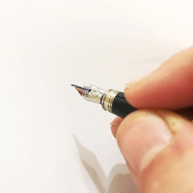 So sehr ich das Digitale auch mag: Für gewisse Dinge hole ich meine Füllfeder hervor. Ein bisschen Stil muss manchmal sein.  . . . . . . . . #füllfeder #handwriting #handgeschrieben #fülli #carandache #tinte #papier #handwritten #switzerland #sign #postkarte #schreiben #stil #nostalgie