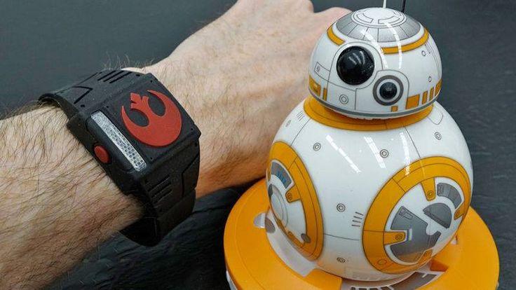 CES 2016: Pulseira permite controlar robozinho BB-8 como um Jedi - http://www.showmetech.com.br/uso-da-forca-pulseira-permite-controlar-um-robo-bb-8-como-um-jedi/