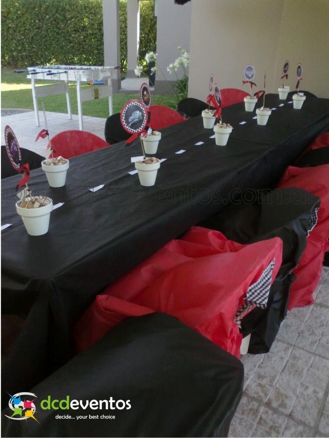 Mesa ambientada con pista central y centros de mesa de golosinas con personajes de la película. Organización del evento: www.dcdeventos.com.ar